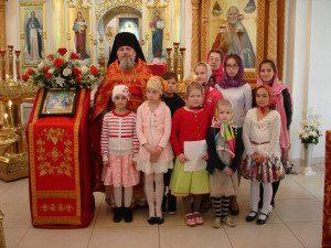 Отец Паисий с учениками Воскресной школы на Пасху 2016