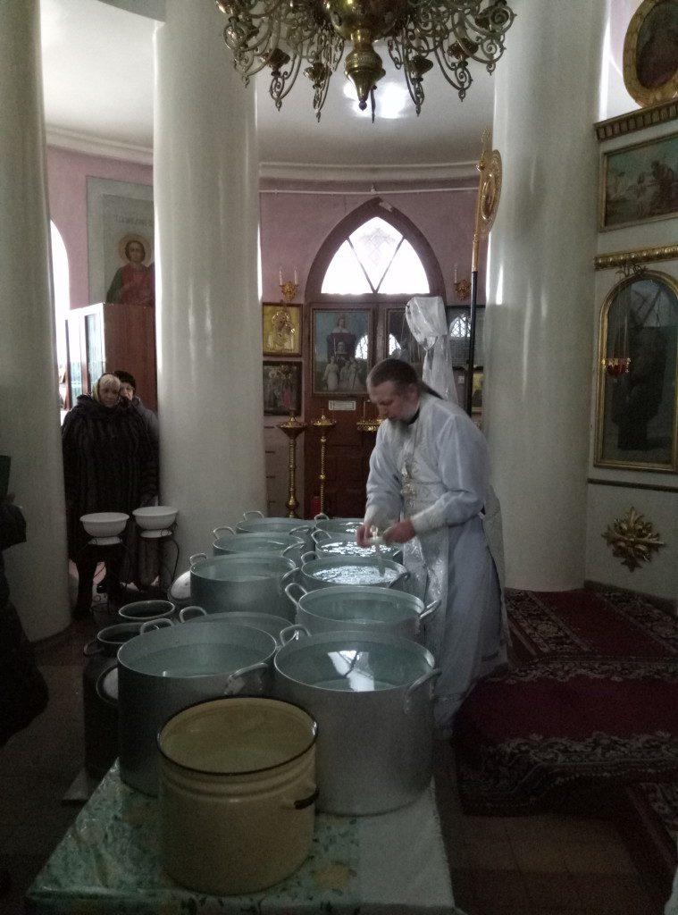 Игумен Паисий освящает воду на Крещение 2017