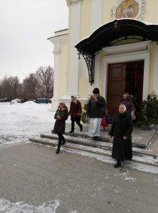 Игумен Паисий и певчие идут освящать источник на Крещение
