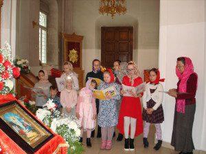 Ученики приходской воскресной школы поздравляют прихожан с Пасхой
