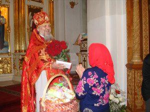 Прихожане поздравляют о.Паисия с Пасхой